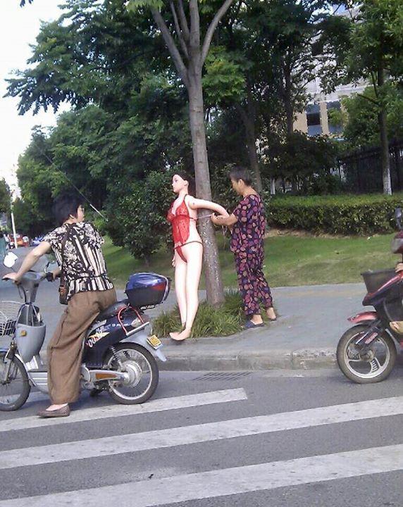 Protes pemotor suka ngebut, nenek ini pajang boneka seks di tepi jalan