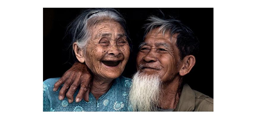 20 Potret kesetiaan pasangan lanjut usia ini bikin haru, salut!