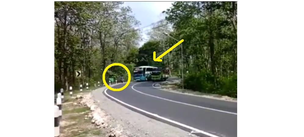 VIDEO: Aksi ugal-ugalan bus nyaris seruduk pemotor di tikungan sempit