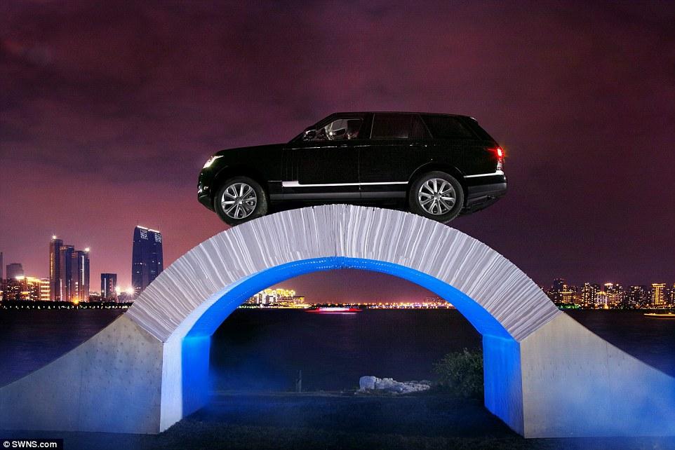 Jembatan kertas ini mampu menahan mobil seberat Land Rover