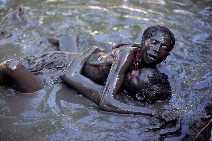 10 Tradisi seksual yang tidak masuk akal dari seluruh dunia