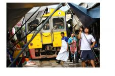 Pasar terkenal ini berada di jalur kereta api, kamu berani belanja?