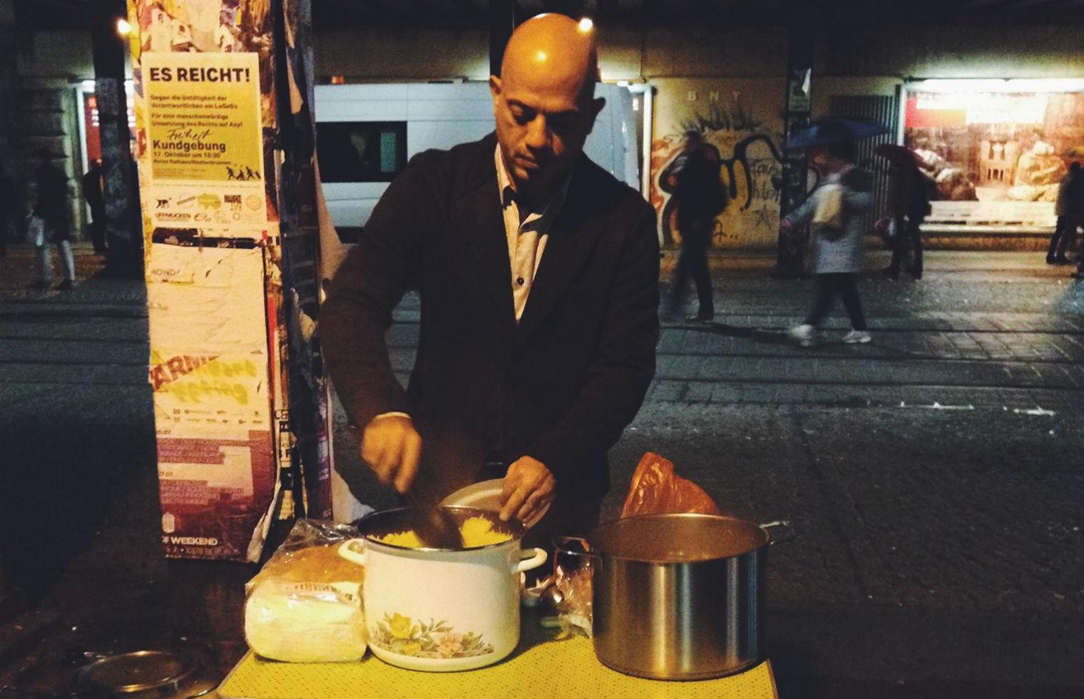 Pengungsi Suriah ini bagikan makanan gratis ke gelandangan di Berlin
