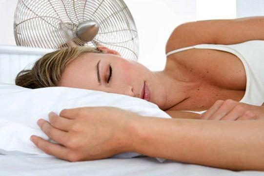 Tidur semalaman pakai kipas angin ternyata berbahaya, jangan lagi ya!
