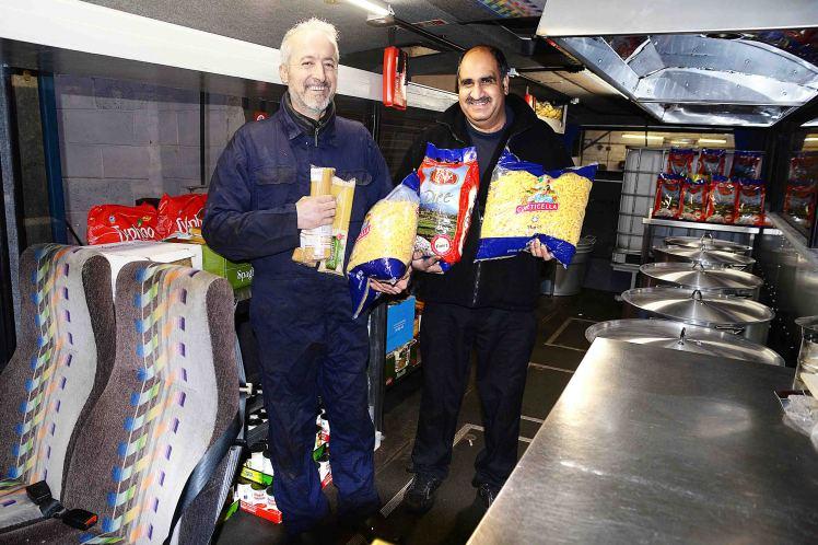 Kakek ini memodifikasi bus dan bagikan makanan untuk migran Suriah