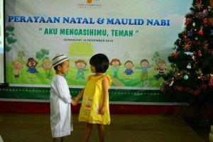 Foto ini tunjukkan indahnya toleransi beragama sejak kecil