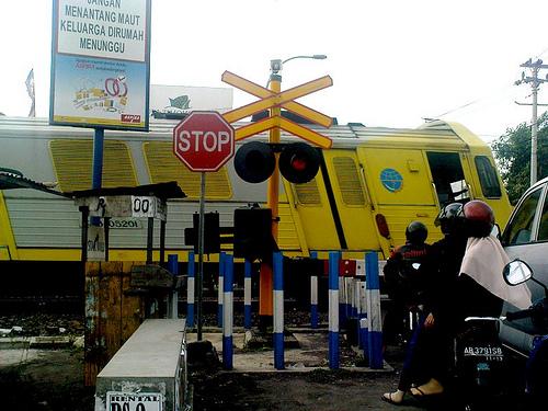 Kenapa mesin mobil sering mati mendadak di atas rel kereta api?