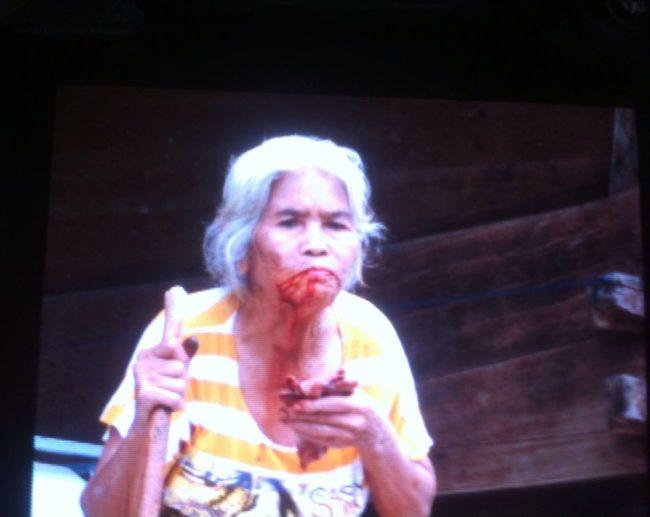 Bule ini takut lihat nenek di Indonesia mengunyah sirih, kenapa ya?