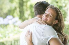 8 Alasan ini bikin kamu buru-buru ingin memeluk orang terkasih, aw!