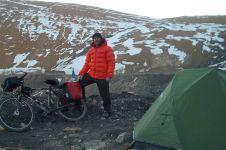 Bersepeda, pria ini taklukkan dinginnya Pegunungan Himalaya, keren!