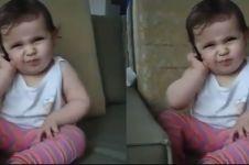 Reaksi balita 'telpon-telponan' ini bikin kamu pengen cepet punya anak
