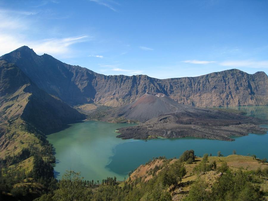 Jika kamu mau mendaki Januari ini, hindari 12 gunung di Indonesia ini
