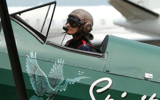 Wanita ini 3 bulan terbangkan pesawat kokpit terbuka Inggris-Australia