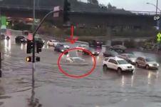 Lamborghini Rp 5,5 miliar 'menyelam' terjang banjir, sulit dipercaya!