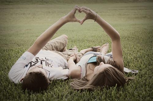 20 Tanda kalau pasanganmu benar-benar cinta sama kamu, so sweet deh!