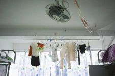 Cara nyeleneh anak kos mengeringkan pakaian, kreatif banget!