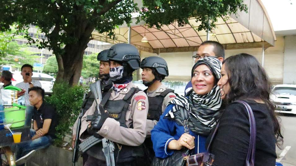 Usai teror Sarinah, para polisi ibu kota dikagumi sampai diajak selfie
