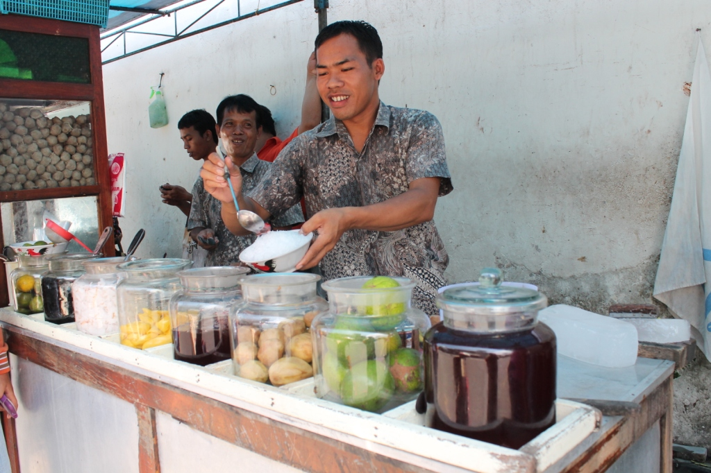 Mencicipi es buah PK, kuliner legendaris sejak tahun 1973