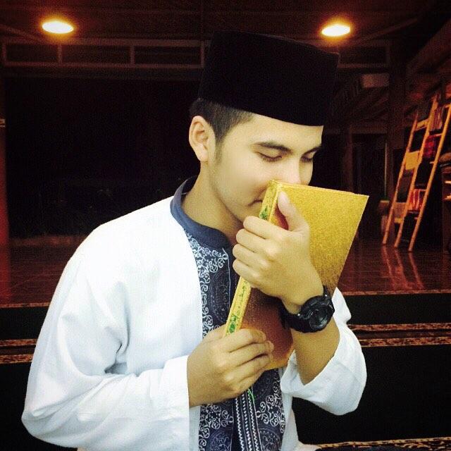 Ilham si mahasiswa ganteng & pintar ngaji, bikin hati cewek meleleh