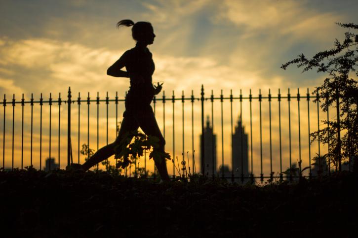 Suka jogging? Ini lho beda lari di pagi, siang, dan malam hari
