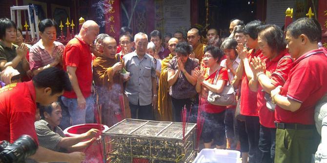 Rayakan Imlek, warga Tionghoa di Solo lepas 888 burung pipit dan lele