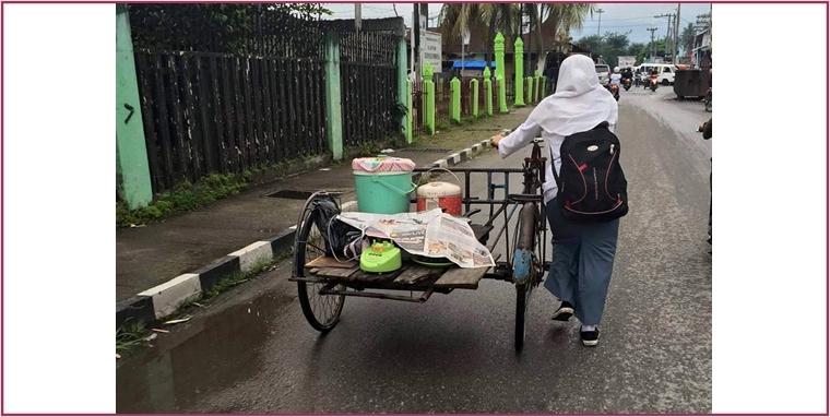 Bantu orangtua, gadis ini ke sekolah dorong becak berisi dagangan