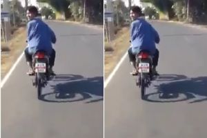Pemuda ini unik, naik motor bak menunggang kuda, awas ngakak!