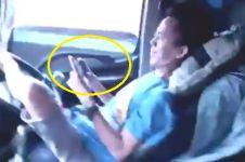 Sopir truk ini tak takut maut, main handphone sambil melaju kencang