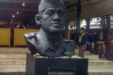 Dipindah ke keraton, patung Sultan HB IX disangga batu dari Merapi