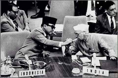 23 Foto ini bukti berkarismanya Bung Karno saat bertemu tokoh dunia