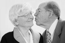 12 Pasangan lanjut usia ini romantis banget, bikin iri deh!