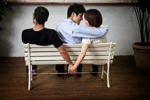 Setelah istri meninggal, Roni malah tergila-gila pada wanita bersuami