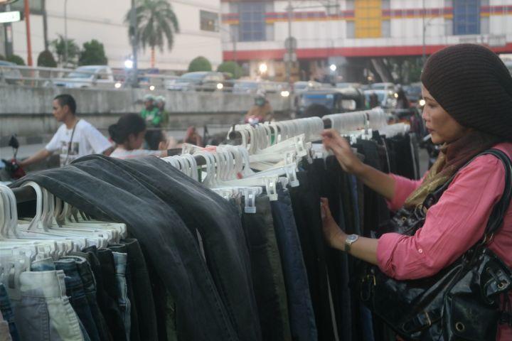 Di sini baju bermerek dan kualitas mal hanya dihargai Rp 5.000