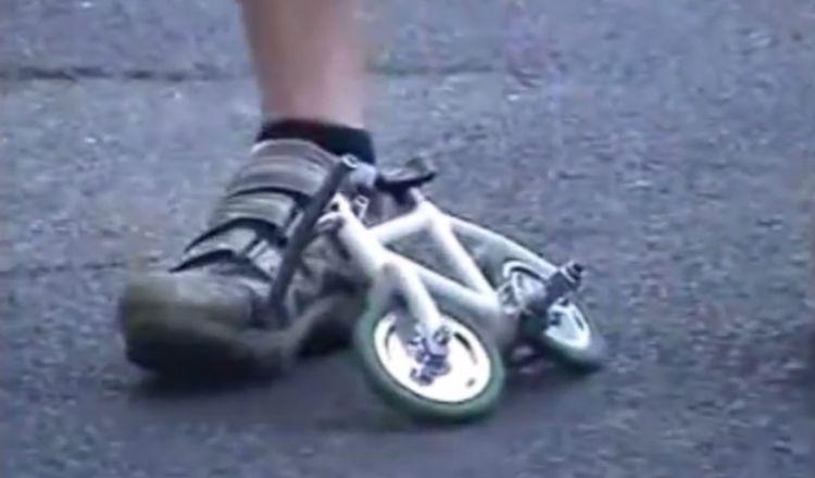 Ajaib! Sepeda terkecil di dunia ini tak remuk digowes orang dewasa