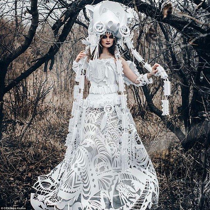 Kreatif, gaun pengantin indah ini terbuat dari kardus loh