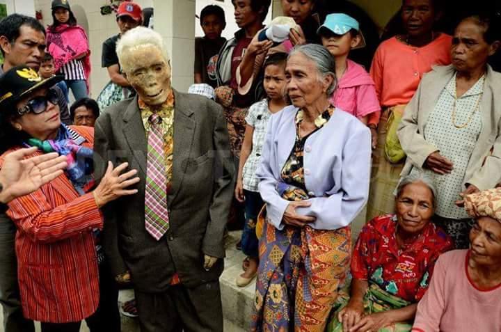 10 Foto penampakan 'mayat berjalan' di Tana Toraja, seram nggak?