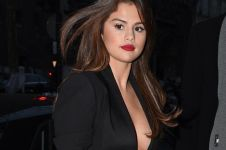 Terjebak dalam lift, Selena Gomez minta penumpang lainnya tenang, top!