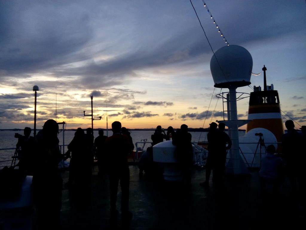 Merinding lihat gerhana matahari dari tengah laut, takbir pun bergema
