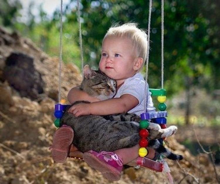 20 Foto balita lagi asyik main bareng kucing, lucunya dobel!