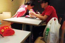Karyawan McDonald's suapi pembeli burger ini tuai pujian, kenapa ya?