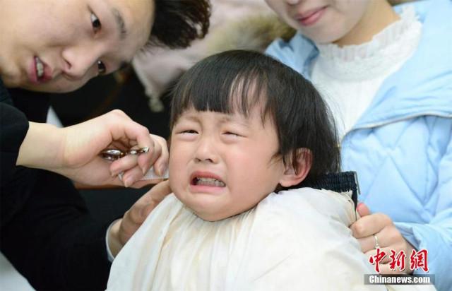 10 Ekspresi lucu anak kecil saat potong rambut, duh gemas deh!