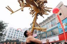 Pria ini mampu angkat kursi kayu seberat 75 kg pakai giginya, wow!