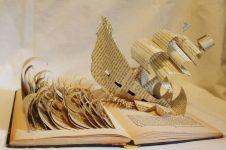 Ini jadinya jika buku-buku tebal diukir oleh seniman, bikin takjub!