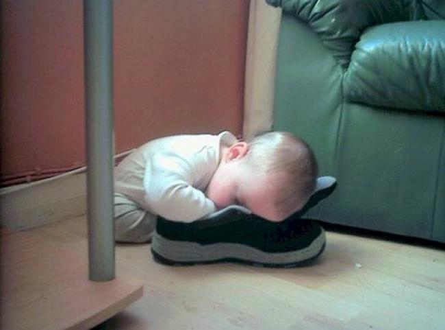 15 Pose tidur anak kecil di sembarang tempat ini ngegemesin, lucu ya!