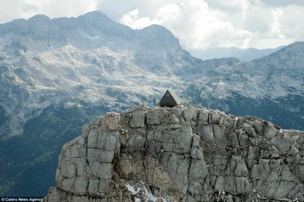Hotel eksotis di puncak gunung ini gratis kamu tinggali, asal...