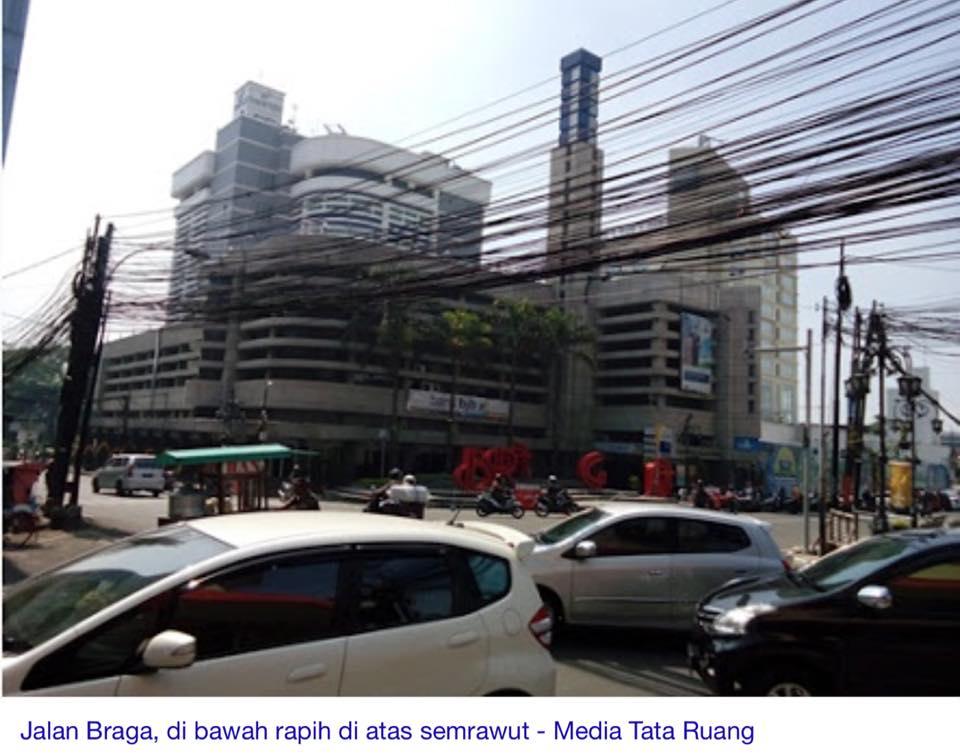 Kabel bergelantungan di Bandung dipindahkan ke bawah tanah, keren!