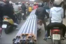 Pemotor 'gila', angkut puluhan pipa panjang di jalan padat kendaraan
