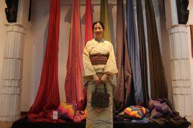 Walau mahal kain tenun tetap diburu, warga asing pun jatuh cinta