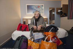 Nenek ini diusir dari rumahnya akibat koleksi boneka, kok bisa?