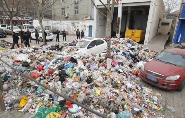 Gara-gara parkir sembarangan mobil mewah ini ditimbuni sampah, duh!